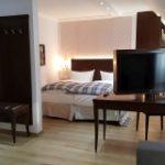 Blick in ein Hotelzimmer, hinten Bett, vorne TV