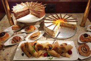 Kuchen und süße Teilchen auf dem Frühstücksbuffet