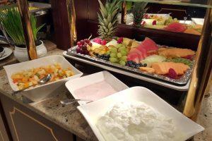 Quark, Joghurt, Obstplatte und Obstsalat vom Frühstücksbuffet