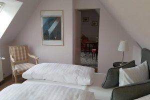 Blick in Appartement 16, vorne Bett, dahinter Druchgang mit Blick in Wohnbereich