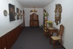 Blick in Etagen-Flur: alte Spiegel und Bilder an der Wand