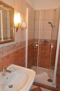 Bad von Zimmer 1: vorne Waschbecken, hinten Dusche