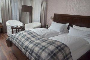 Blick in Zimmer 14 - Bett und Fenster im Hintergrund