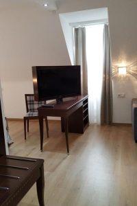 TV Tisch und hohes, schmales Fenster im Hotelzimmer