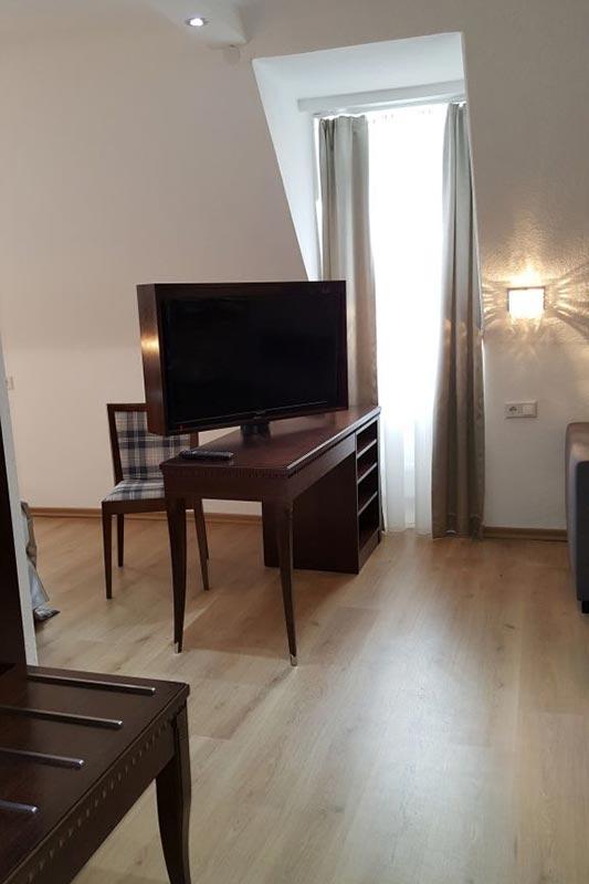 Der tv tisch und das fenster in unserem zimmer 15 hotel for Zimmer tisch