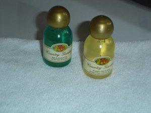 Kleine Duschgel und Shampoo Flaschen auf Handtuch