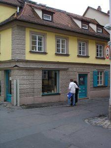 Außenansicht: Blick von Straße auf altes Eckhaus