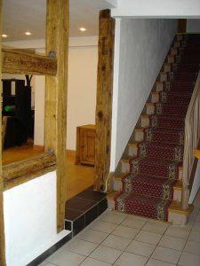 Treppenhaus mit alten Fachwerk-Holzbalken