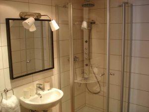 Waschbecken, Spiegle und Dusche