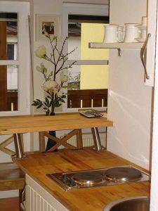 Kochplatten und kleiner Esstisch