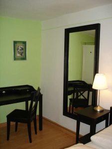 Schwarz gerandeter Spiegel und Schreibtisch