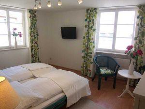 Hauptbereich des Appartements 35 mit Bett und Sitzecke