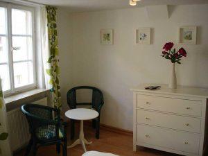 Sitzecke und Kommode im Appartement 35