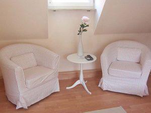 Sitzecke mit kleinen Tischchen und zwei Sesseln